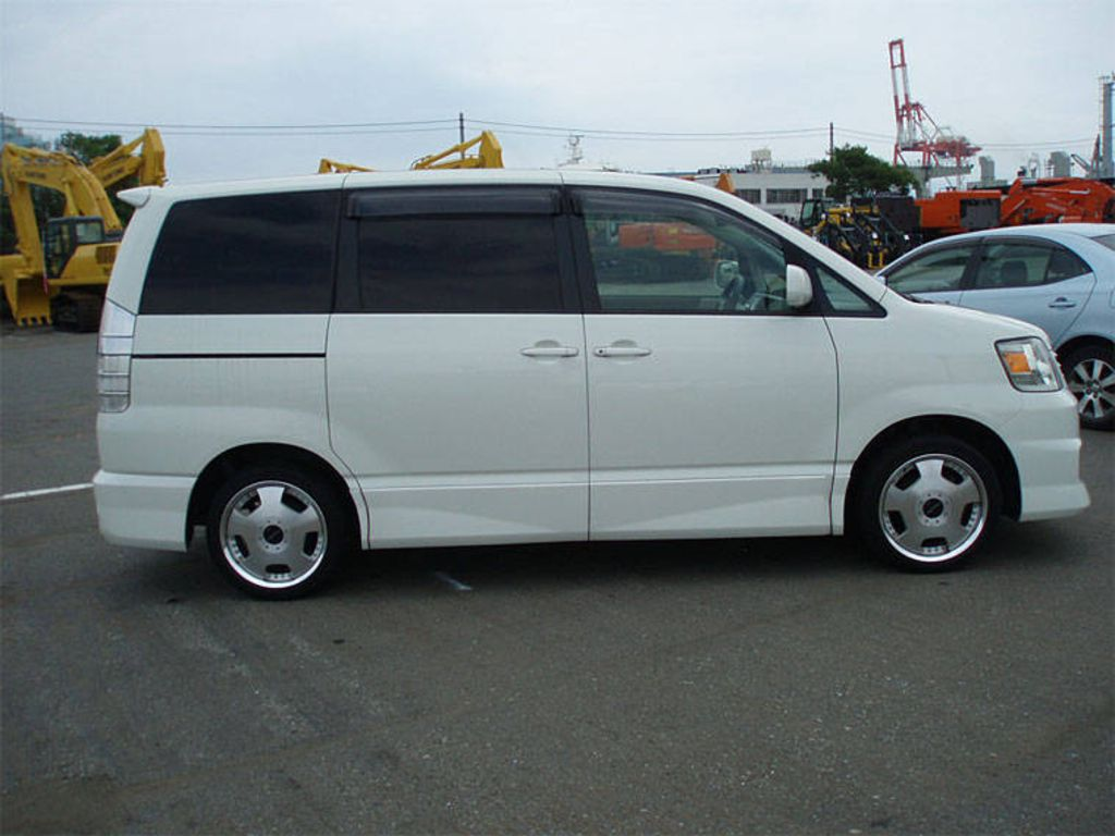 2004 Toyota Noah Pictures