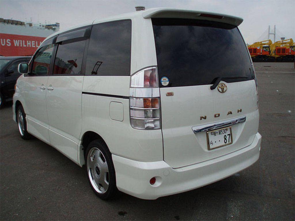 2004 Toyota Noah Photos