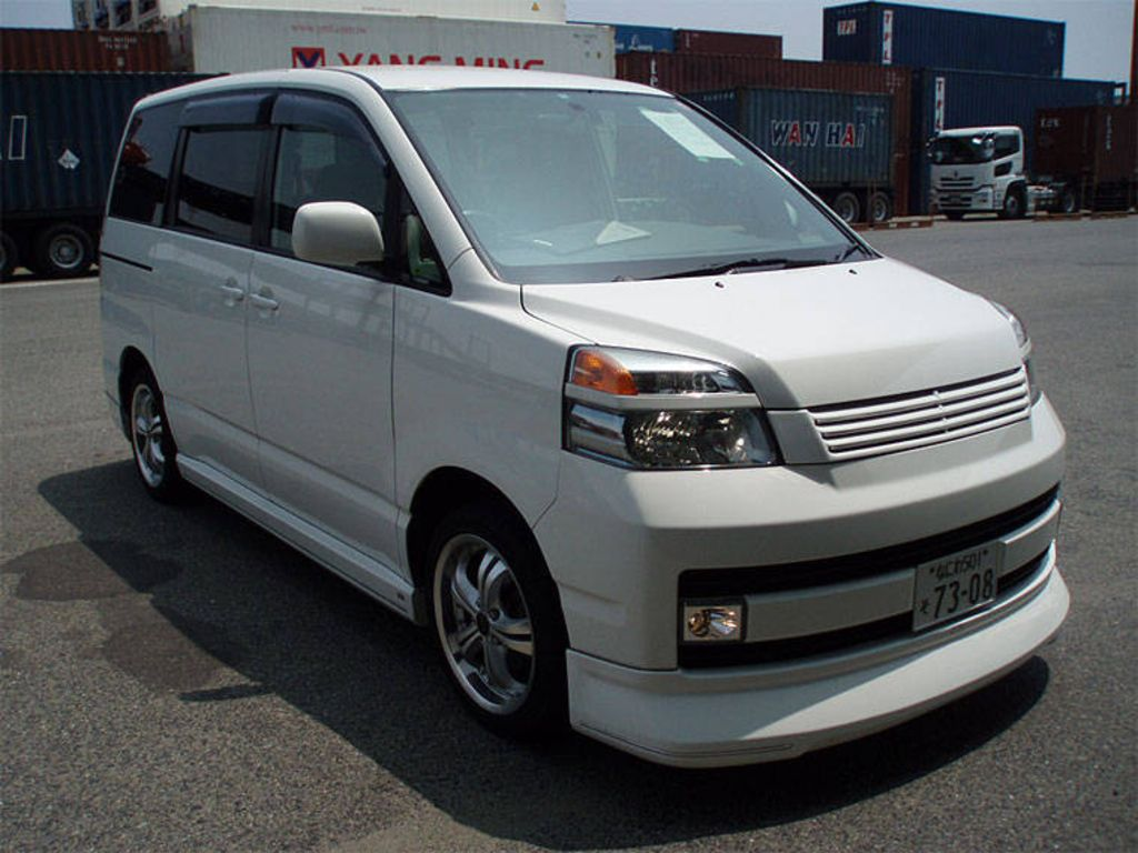 2004 Toyota Voxy Photos